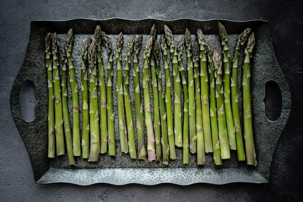 Asparagus lined up on a tray
